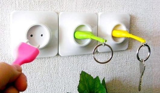 Essas tomadas são apenas de enfeite e os porta-chaves coloridos são super funcionais