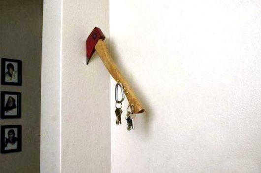 Uma versão mais hard do porta-chaves: o machado na parede