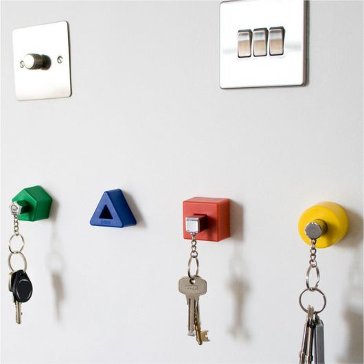 Vários porta-chaves em formato geométrico