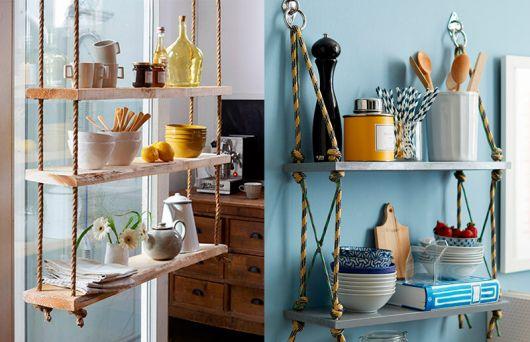prateleiras de madeira em cozinha azul.