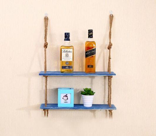 prateleira de madeira pintada de azul com detalhes de corda.