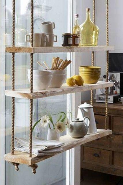 Prateleira de madeira para cozinha servindo como apoio de bules, bowls e útensilios de cozinha.