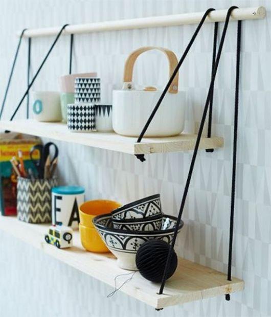 Pareleiras de madeira servindo de apoio para objetos de escritório.
