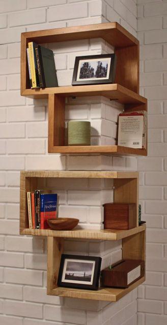 prateleiras de madeira quadradas.