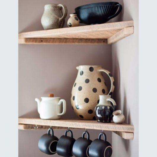prateleiras de canto com xícaras e jarros de cozinha.