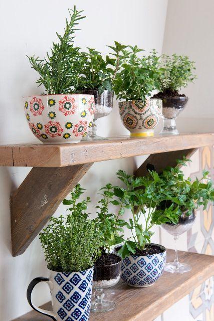 Prateleira de madeira crua com plantas verdes em cima.