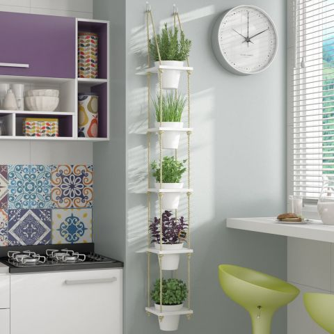 Prateleiras de plantas de corda no canto de cozinha com azulejos coloridos.