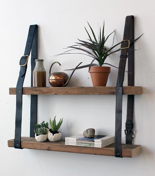prateleira de madeira com apoio de cinto.