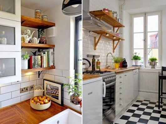 Prateleiras de madeira no canto de cozinha americana.