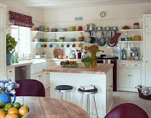 Cozinha branca com marrom e prateleiras brancas.