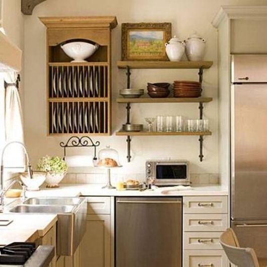 prateleiras de madeira ao lado de armario marrom em cozinha branca.