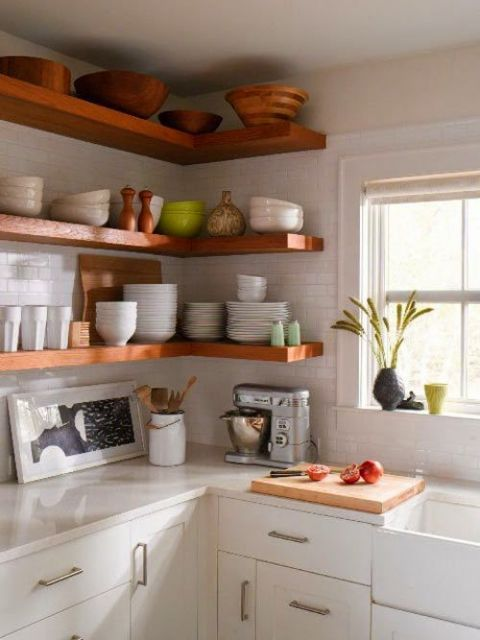 Prateleiras de madeira grossa em canto de cozinha clean.
