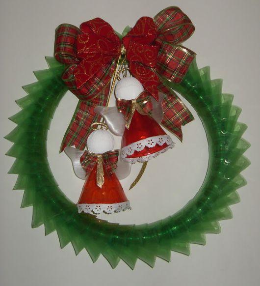Garrafa pet verde se tornou uma linda guirlanda natalina com detalhe de sinos vermelhos.