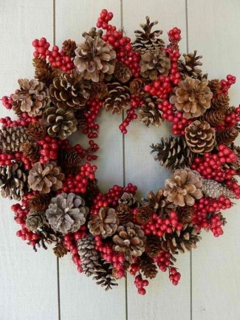guirlanda de natal vermelha com pinhas.