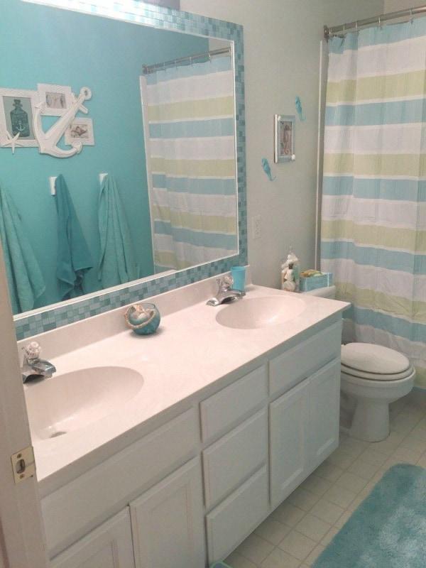 Moldura de pastilhas azuis para espelho de banheiro