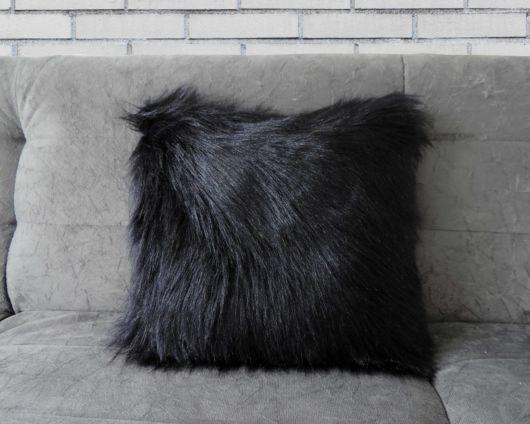 """Almofada cinza escuro para uma sala de """"personalidade"""""""