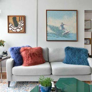 Sala com almofadas coloridas de pelo