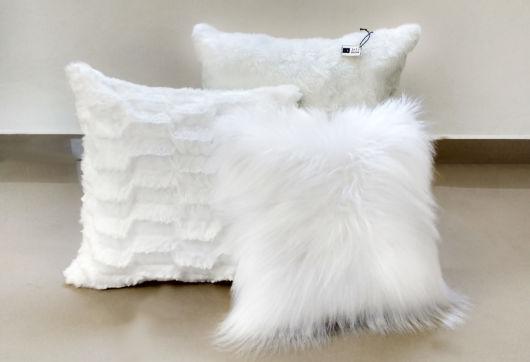 Almofadas brancas, incluindo a de pelo