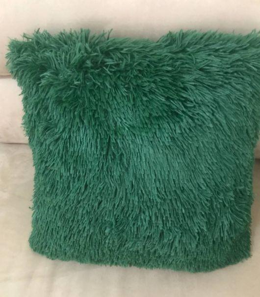 Procura almofada verde? Veja modelo lindo de pelo