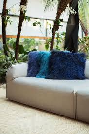 Sala sofisticada com almofadas felpudas em tons de azul