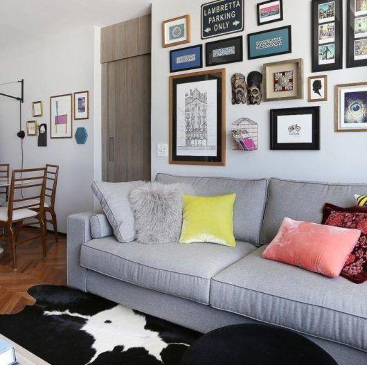Sala moderna com almofada de pelo cinza