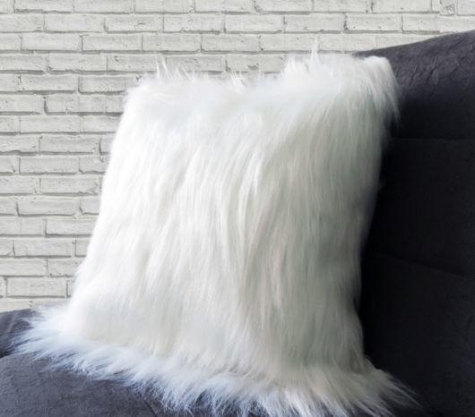 Veja como a almofada branca de pelo pode proporcionar conforto visual