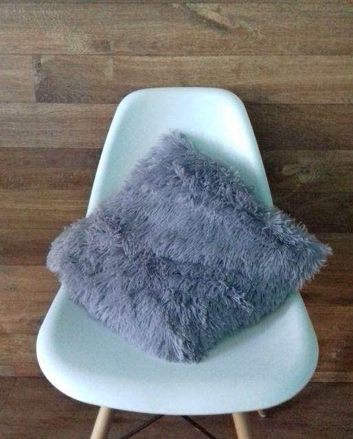 Cadeira decorada com almofada felpuda cinza