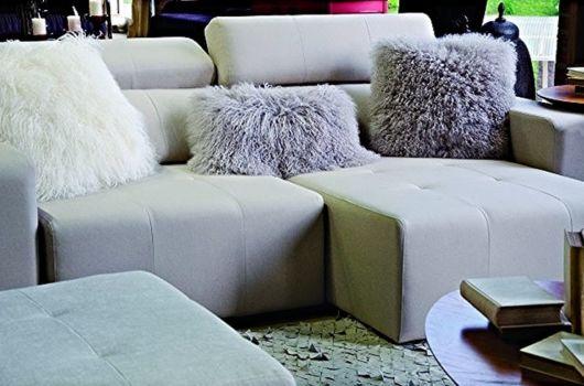Veja composição de sala com almofadas peludas cinzas no sofá