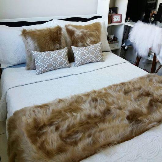 Ideia para compor o quarto com almofadas de pelo marrom
