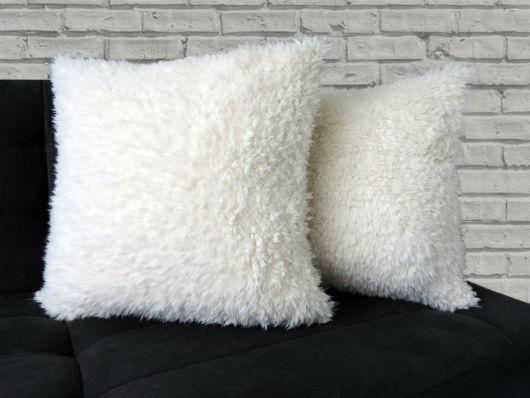 Modelo de almofada felpuda branca