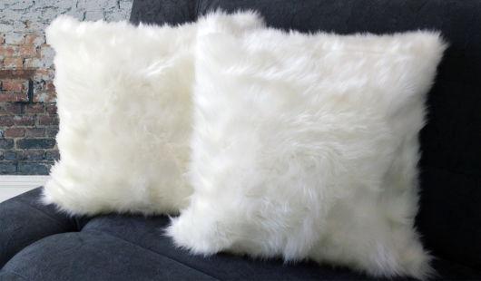 As almofadas brancas combinam com sofás de qualquer cor