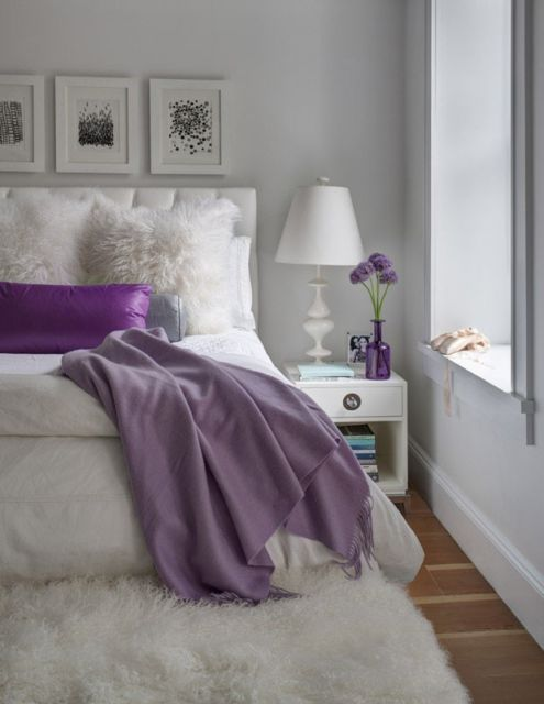 Outra opção de decoração do quarto com almofada branca de pelo