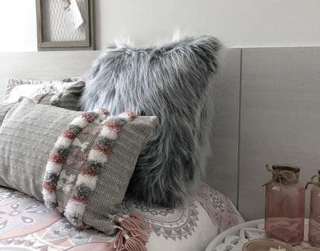 A decoração fica incrível com almofada cinza de pelo