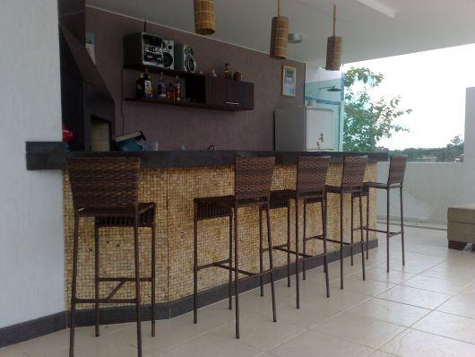 Cadeiras grandes e altas para uma área externa moderna