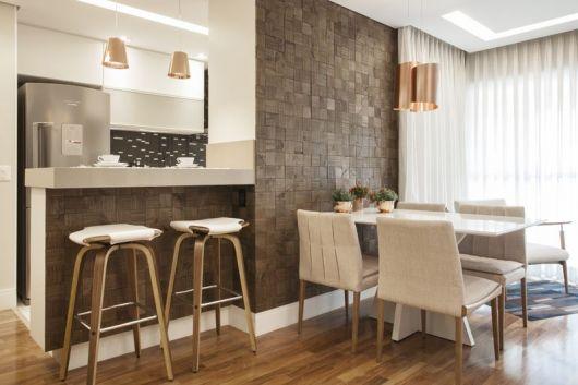 Banquetas para balcão de madeira na cozinha americana