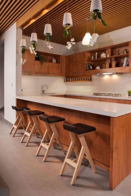 As banquetas de madeira sempre impressionam, seja pela versatilidade quanto pelo formato