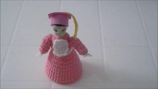 Boneca de garrafa pet com vestido de crochê rosa