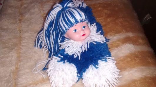 Boneca de garrafa pet com lã azul e branca