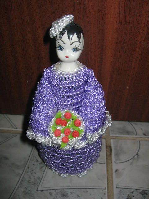 Boneca de garrafa pet com vestido de crochê lilás