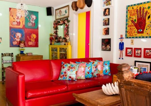 sala com sofá vermelho de couro