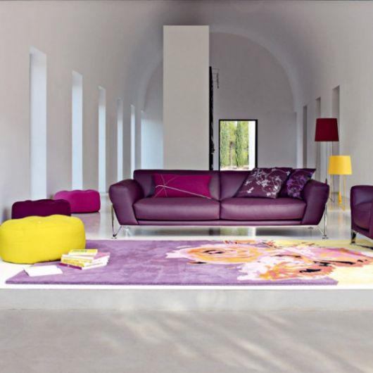 decoração com sofá roxo