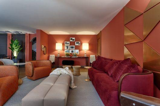 sala com sofá vinho