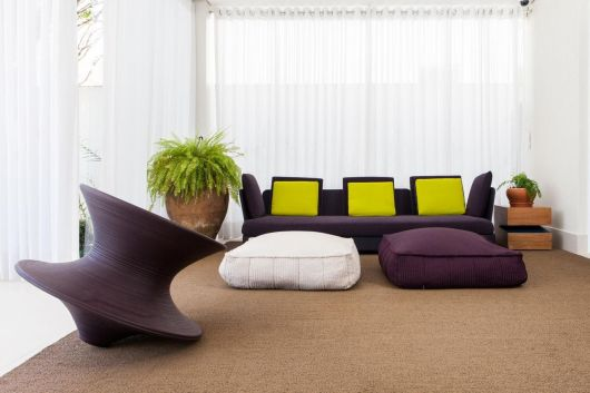 sala moderna com sofá colorido