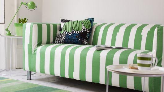 sofá listrado verde