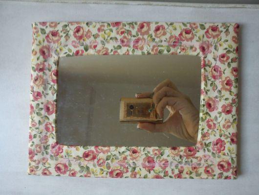Espelho quadrado com moldura de tecido.