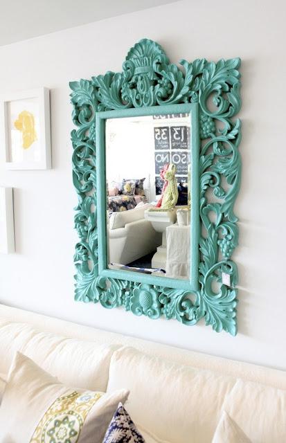 espelho quadrado com moldura verde.