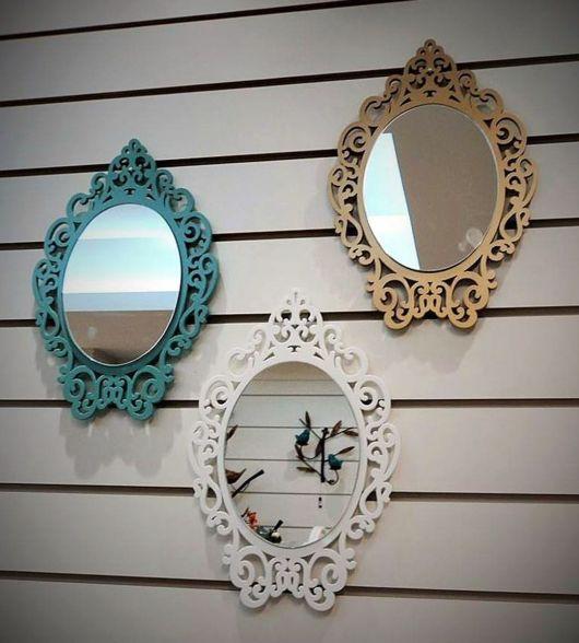 moldura de espelhos nas cores verde, branco e amarelo.