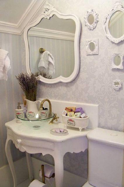 Moldura provençal para espelho na cor branca.