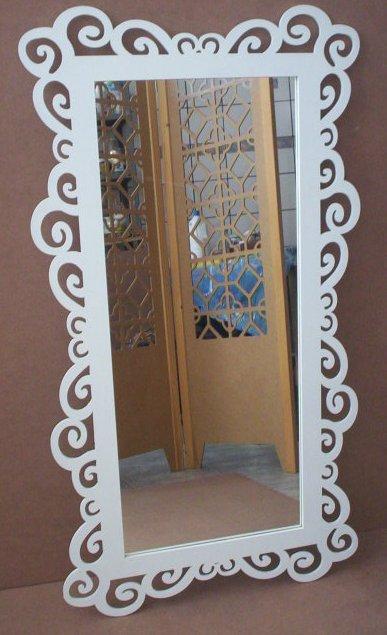 espelho grande com moldura provençal branca.