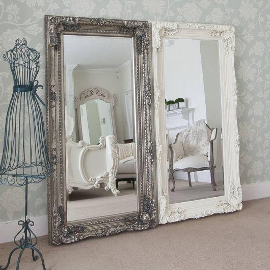 Modelo de espelho grande com moldura nas cores cinza e branco.